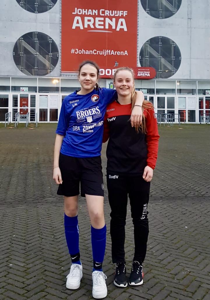Lotte en Senne trainen bij AFC Ajax!